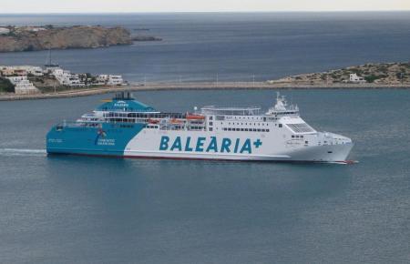 Blick auf eine Balearia-Fähre.