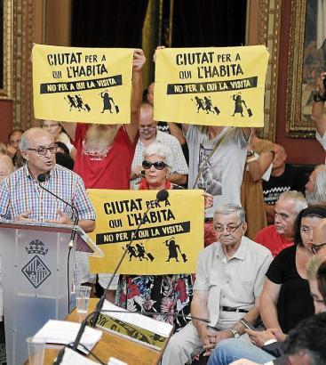 """Für den Schutz des Wohnraumes auf Mallorca protestieren Mitglieder der Plattform """"Ciutat per qui l'habita"""" (deutsch sinngemäß """"S"""