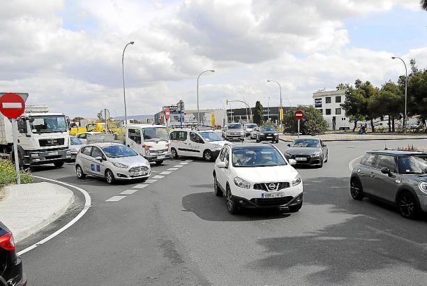 Unfallgefahr: Die Zufahrtsstraße hat mittlerweile drei Spuren, der Kreisverkehr allerdings nur zwei.
