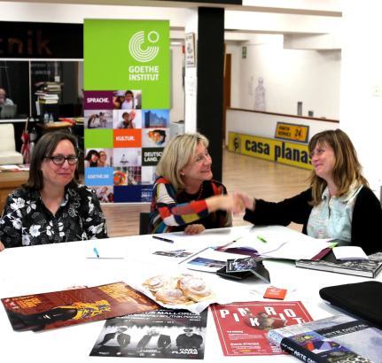 Die deutsche Konsulin Sabine Lammers (von links) mit der Leiterin des Goethe-Instituts Barcelona Judith Maiworm und der Direktor