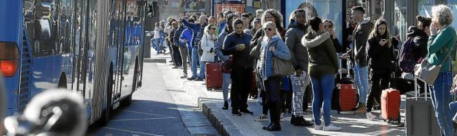 Menschentrauben an den Bushaltestellen.