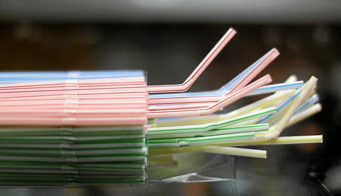 Solche Strohhalme aus Plastik wird es ab 2021 nicht mehr geben.