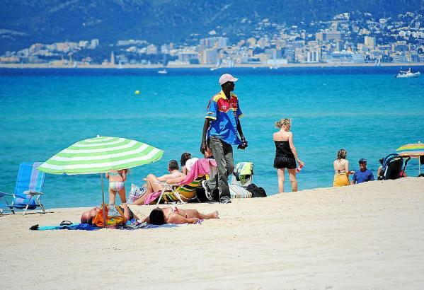 Ein Strandverkäufer an der Playa de Palma.