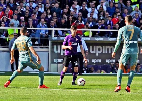 """""""Tòfol"""" Montiel (am Ball) ließ bei seiner Punktspiel-Premiere in der ersten Mannschaft des AC Florenz erahnen, dass von ihm noch"""