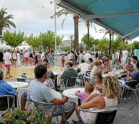Touristen in Port d'Alcúdia.
