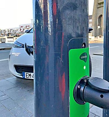 Auch Straßenlaternen mit eingebauter Aufladestation werden in Palma aufgestellt.