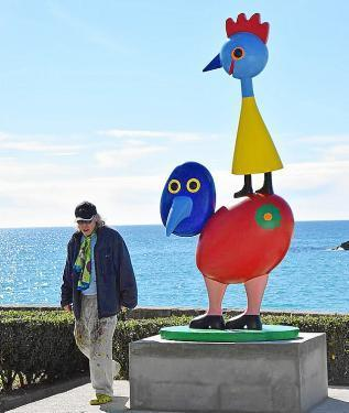 Der Künstler neben einer seiner Skulpturen.