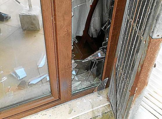Der Einbrecher schlug die Glasscheibe der Eingangstür ein.