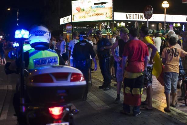 Schock für die Feiernden: Ein Auto raste an der Playa de Palma auf den Bürgersteig.