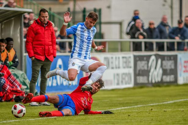 Durch einen beherzten Sprung kann sich Atlético-Baleares-Kicker Kike López gerade noch vor einem heraneilenden Spieler von Terue