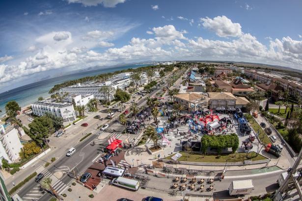 Auf diesem Bild ist gut zu erkennen, wo genau an der Playa de Muro sich das Roadbike-Festival befindet. Es handelt sich in diese