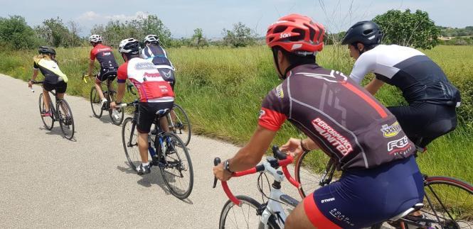 Sportradler ohne Rücklichter auf der Insel.