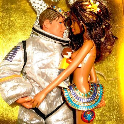 Romy Querol rückt den Fokus ihrer Kamera auf die Königin der Puppen und das, was sie verkörpert.