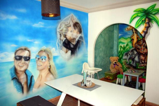 """Wandgemälde mit Jens und Daniela Büchner in der """"Fanetería"""" in Cala Millor."""