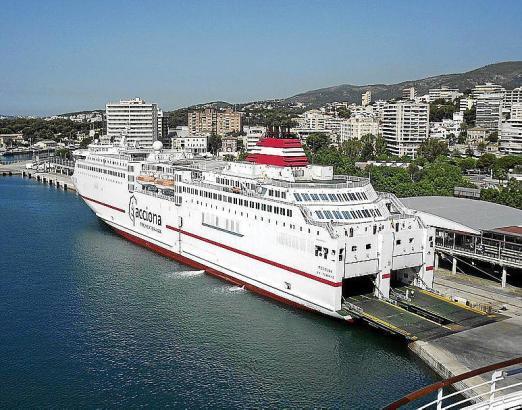 Fähre im Hafen von Palma.