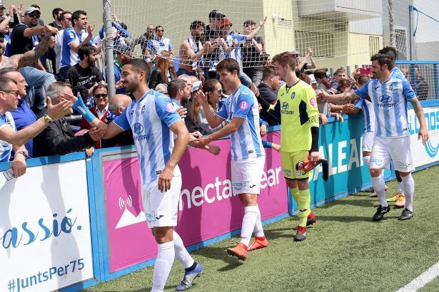 Dankeschön an die Fans: Die Kicker von Atlético Baleares klatschen nach dem Sieg mit ihren Anhängern ab.