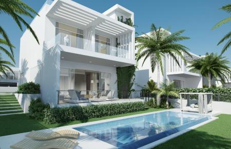 Villa mit Pool und Meerblick von der Dachterrasse.