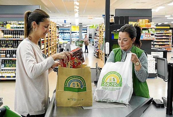 Der spanische Supermarktriese Mercadona hat Plastiktüten als Tragetaschen nun komplett abgeschafft.