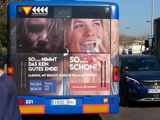 """Mit Plakaten auf Deutsch werben Palmas Stadtverwaltung und die Hotelvereinigung """"Palma Beach"""" an EMT-Bussen gegen Saufgelag"""