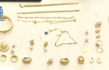 Diese Schmuckstücke wurden bei dem mutmaßlichen Täter gefunden.