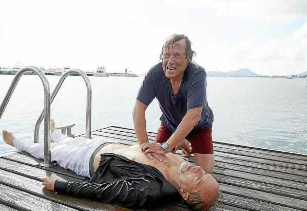 Filmszene: Vergeblich versucht Matula (Claus Theo Gärtner), Schumann (Jochen Horst) zu retten.