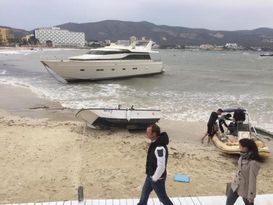 Am Strand von Son Maties in Palmanova im Südwesten von Mallorca ist eine 20 Meter lange Yacht angetrieben worden.