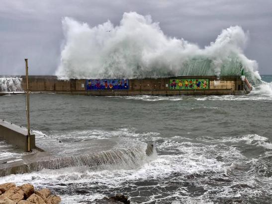 Am Wellenbrecher vom Hafen in Cala Rajada gehen die Wogen hoch.