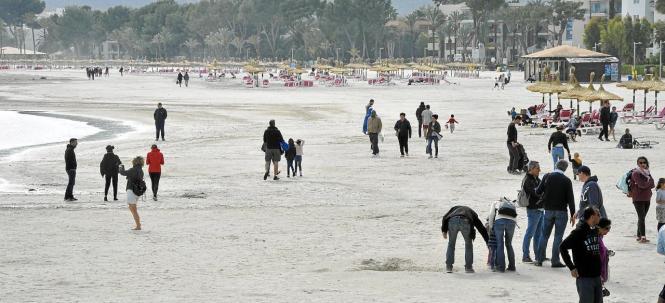 Mehr als ein Strandspaziergang war am Osterwochenende nicht möglich, an Sonnenbaden und Schwimmer war nicht zu denken.