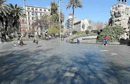 Auf den glatten Steinfliesen der Plaça d'Espanya haben sich bereits mehrere Unfälle ereignet.