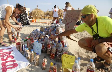 """Mitglieder der Initiative """"Llosca x Llosca"""" sammelten auf Stränden bislang etwa 100.000 Zigarettenkippen ein."""