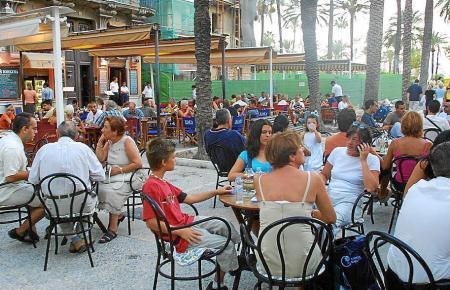 Die Terrassen in Palmas beliebtem Ausgehviertel Lonja sind besonders im Sommer stets voll. Seit einigen Tagen ist dies nur noch