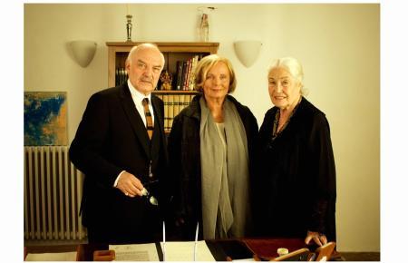 """Ellen Schwiers (r.) 2010 bei Dreharbeiten auf Mallorca zum Film """"Im Fluss des Lebens"""", gemeinsam mit ihren Kollegen Charles Brau"""