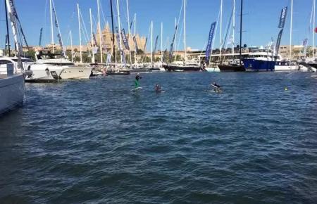 Surfer auf motorisierten Boards haben viel Spaß bei der Bootsmesse in Palma de Mallorca.