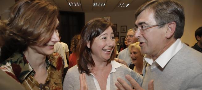 Francina Armengol (Mitte) mit dem ehemaligen Balearen-Präsidenten und heutigen Senator Francesc Antich.