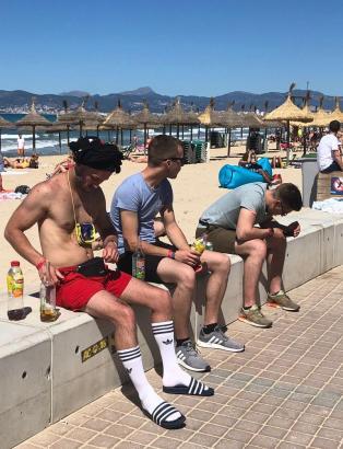 Als wäre nichts gewesen: Trinkende Urlauber an diesem Wochenende an der Playa de Palma.