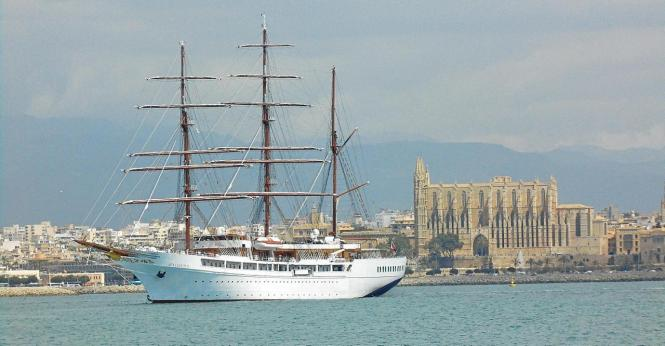 "Elegant vor der Kathedrale: ""die Sea Cloud II""."