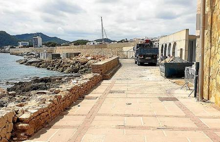 Die Reparaturarbeiten an der beschädigten Uferpromenade der Cala Gat laufen.