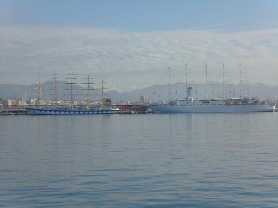 """""""Royal Clipper"""" (l.) und """"Wind Surf"""" gemeinsam im Hafen von Palma."""