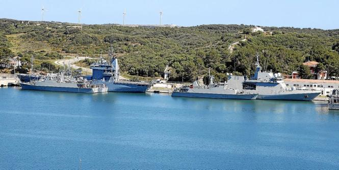 Schiffe des Flottenverbands im Hafen von Mahón auf Menorca.