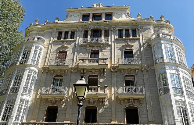 Can Caubet, an der Ecke Borne/Carrer Constitució, fertiggestellt 1926, beheimatet heute unter anderem eine Niederlassung der Juw