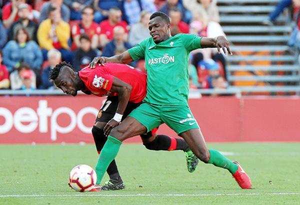 Im Spiel wurde sich nichts geschenkt. Hier fightet Real Mallorcas Lago Junior (l.) mit Sportings Isaac Cofie.
