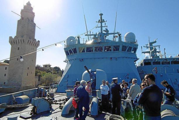Besucher auf einem der Kriegsschiffe.