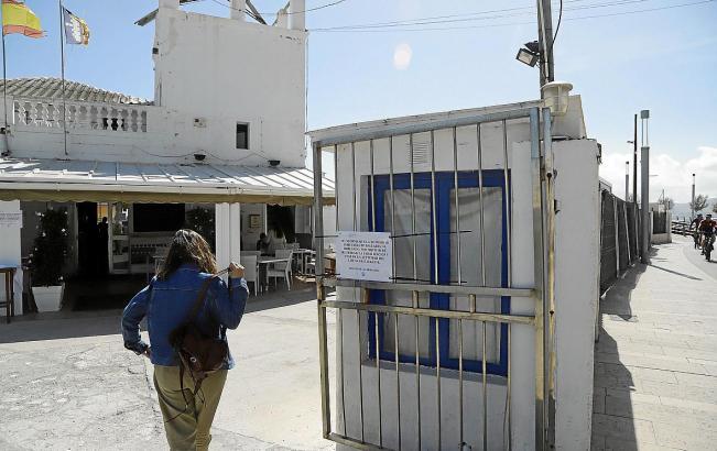 Ein Aushang der balearischen Hafenbehörde schreibt die Schließung des Restaurantsbetriebes vor. Doch im Sporthafen von El Molina