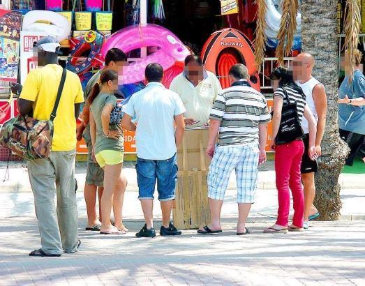 Hütchenspieler an der Playa de Palma.