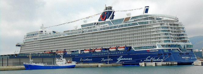 """""""Mein Schiff 2"""" im Hafen von Palma."""