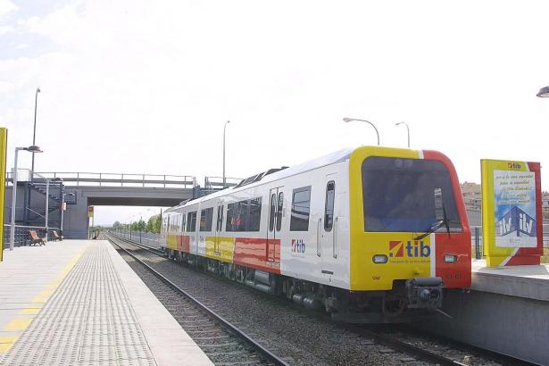 Blick auf einen Zug der Mallorca-Bahn.