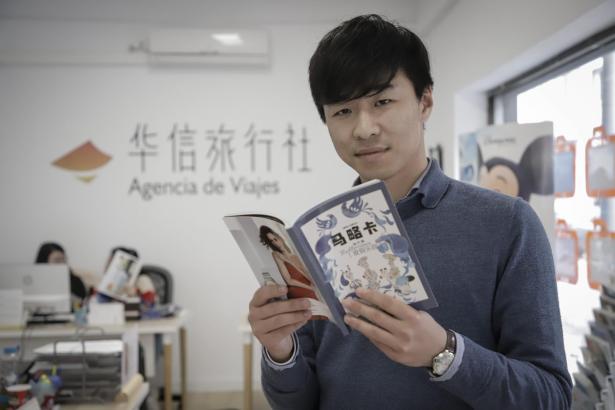 Huaxin-Travel-Chef Fang Ji mit dem neuen Reiseführer.
