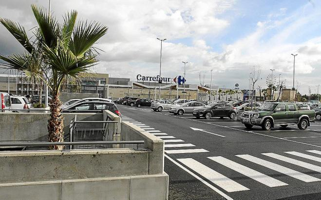Zu jedem Einkaufszentrum gehört ein großer Parkplatz.