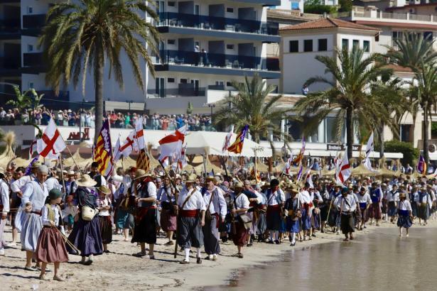 """Beim Volksfest """"Moros y Cristianos"""" treffen jedes Jahr die """"Sóllerics"""" am Strand der Gemeinde auf die maurischen Truppen."""