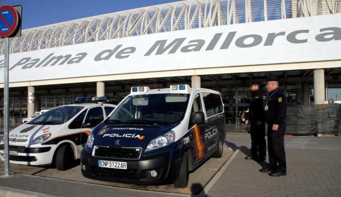 Die Polizei überwacht Flughafen und Flughafen der Insel.